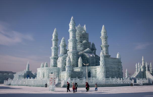 El Festival de Hielo y Nieve de Harbin abrió sus puertas con estructuras de hielo con forma de famosas edificaciones chinas, en Harbin, China, hoy, 7 de enero de 2019. EFE/ Roman Pilipey