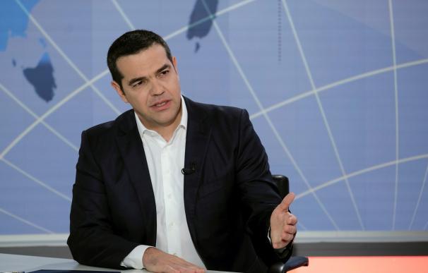 El primer ministro griego, Alexis Tsipras, en una entrevista en la cadena televisiva helena Open TV (EFE/Andrea Bonetti)