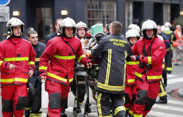 Bomberos y médicos llevan a una persona lesionada en la explosión de la panadería cerca de la Rue de Trevise en París, Francia, el 12 de enero de 2019. EFE