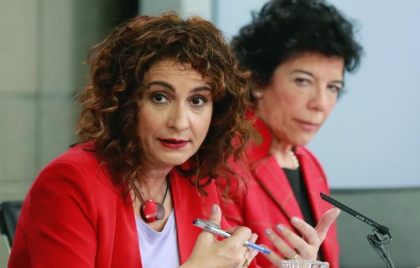 María Jesús Montero (primer plano) e Isabel Celaá / EFE