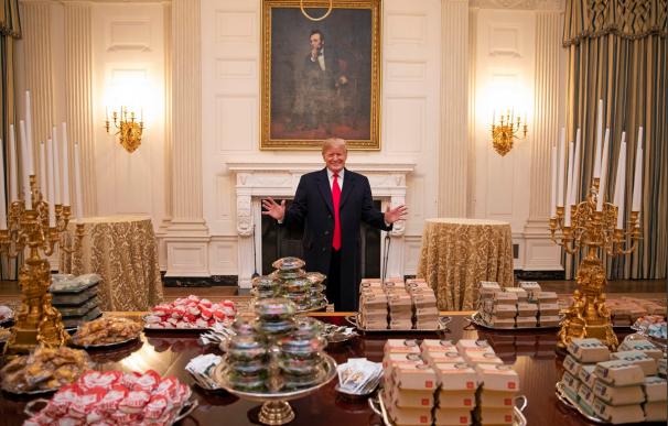 Trump convida a deportistas en la Casa Blanca a McDonald's y Burger King.