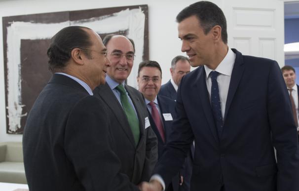 Sánchez saluda a Antonio Vázquez, presidente de IAG.