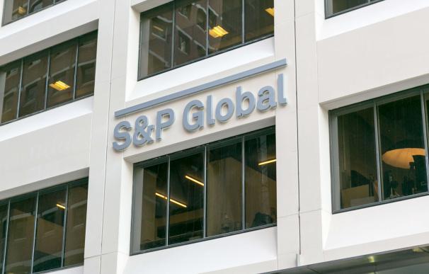 S&P lleva la contraria al BdE y respalda el nivel de capital de los bancos españoles