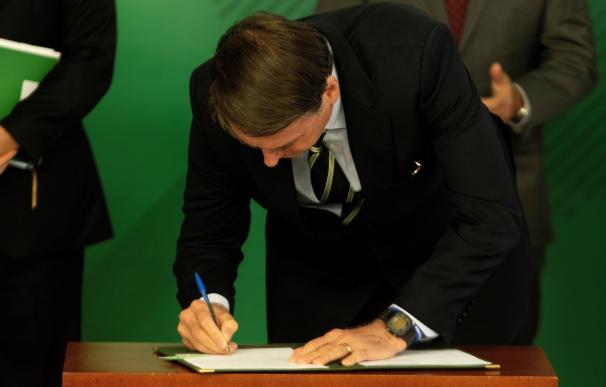 El ultraderechista Jair Bolsonaro firma el decreto que facilita la posesión de armas en Brasil