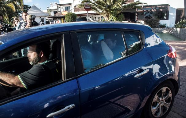 La Guardia Civil trasladan en coche a Raúl D.C, marido y sospechoso de la desaparición de Romina Celeste.