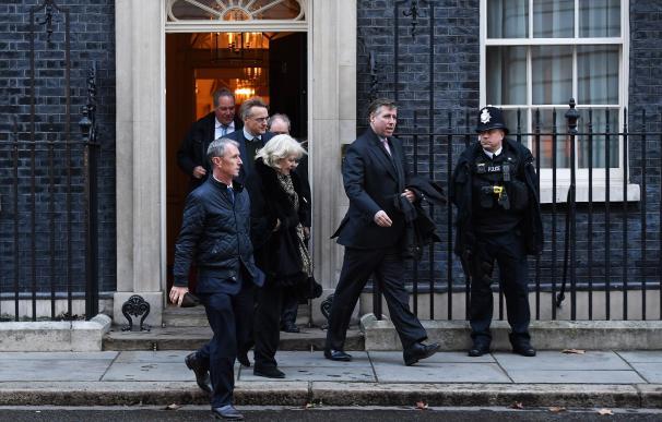 Graham Brady (c), presidente del Comité 1922, que reúne a los diputados conservadores, sale del número 10 de Downing Street tras reunirse con la primera ministra británica, Theresa May