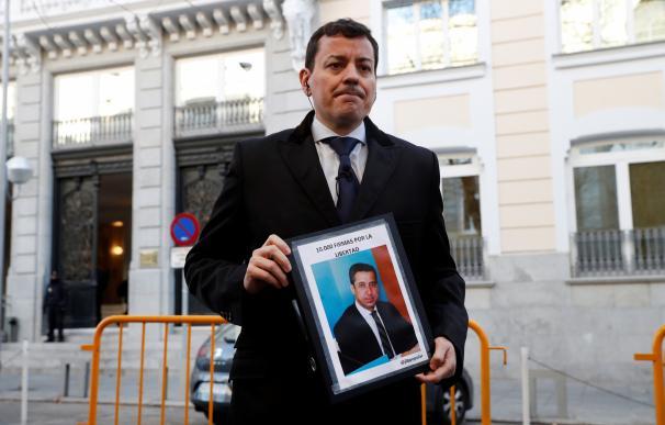 Expresidente de NNGG entrega firmas por la libertad de Eduardo Zaplana.