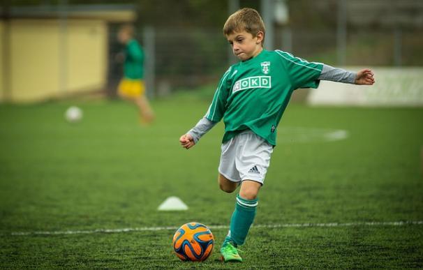 Fotografía de un niño jugando al fútbol.