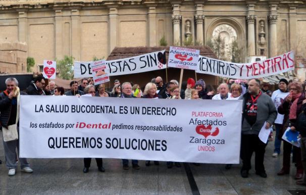 Afectados de iDental realizan una performance en la Plaza del Pilar