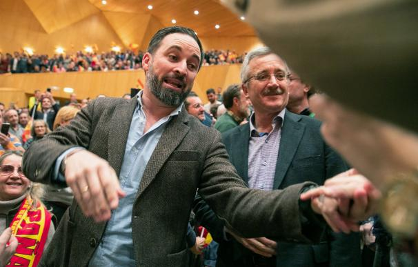 El líder de Vox, Santiago Abascal, y el fundador del partido, Ortega Lara, saludan en el Auditorio de Zaragoza