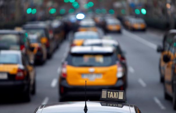 Los taxistas del área metropolitana ocuparon la confluencia de la Gran Vía con el Passeig de Gràcia de Barcelona (EFE/Toni Albir)