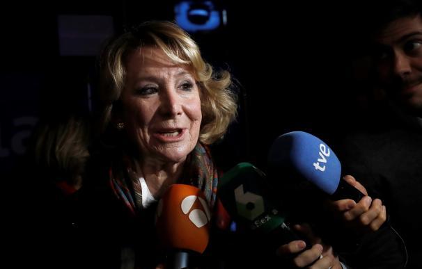 La expresidenta de la Comunidad de Madrid, Esperanza Aguirre, hace unas declaraciones a su llegada a la segunda jornada de la Convención Nacional del Partido Popular