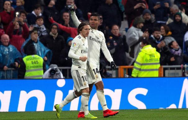 Casemiro y Modric celebran uno de los goles blancos.