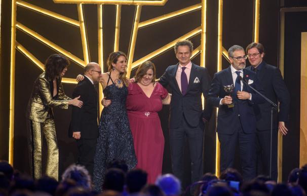 Los miembros de la película Campeones, con el premio en el apartado de mejor película de comedia, en la gala de los Premios Feroz 2019 (EFE/Javier Zorrilla)