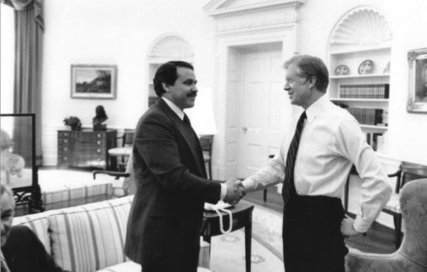 Mendez saludando al presidente Carter en la Casa Blanca (US. Gov)