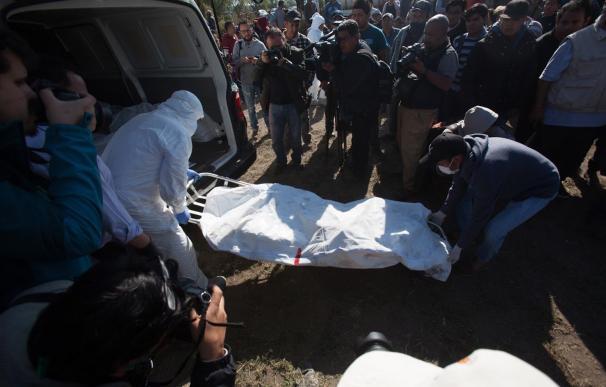 Expertos forenses registran la zona cerca de la toma de Pemex que explotó este sábado, en Tlahuililpan, Hidalgo (EFE)