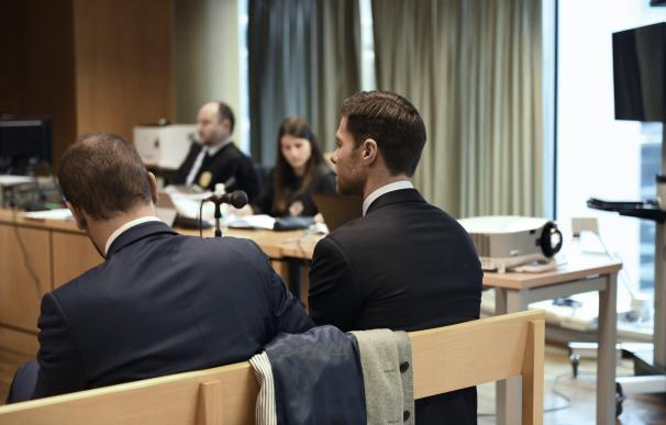 El exjugador del Real Madrid Xabi Alonso (derecha) este martes en la Audiencia Provincial de Madrid.