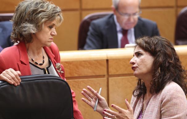 María Luisa Carcedo y María Jesús Montero hablan en el Senado