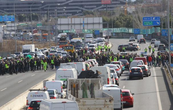 Los taxistas de Madrid cortan la M-40