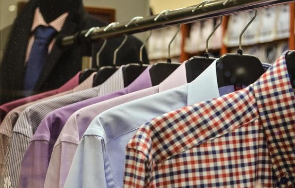 Fotografía de un vestidor con camisas.