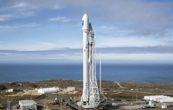 El cohete Falcon 9, preparado en la base aérea militar de Vandenberg (California, EEUU) Foto: SpaceX