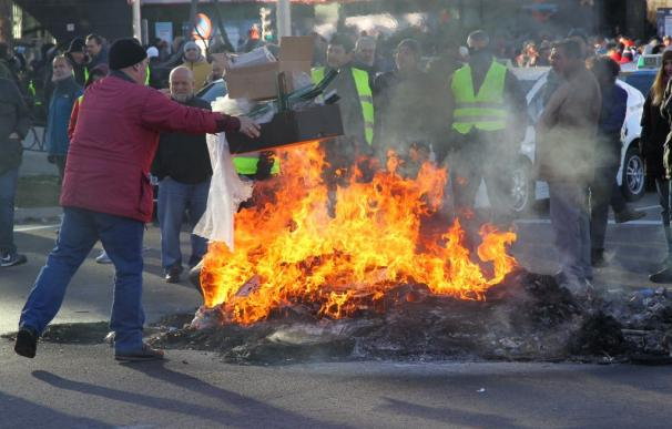 Fotografía de taxistas quemando contenedores en Fitur.