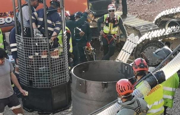 Bajan los dos primeros bomberos en el rescate de Julen