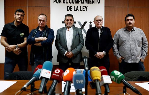 Líderes del sector del taxi durante la rueda de prensa
