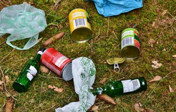 Fotografía de restos de basura con latas.