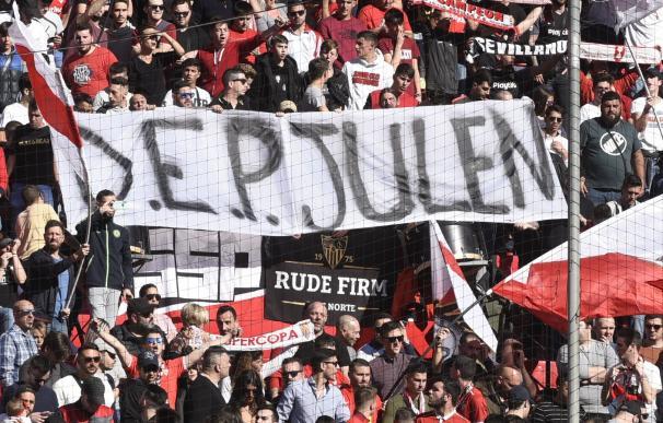 Pancarta que se mostró en el Sevilla-Levante.