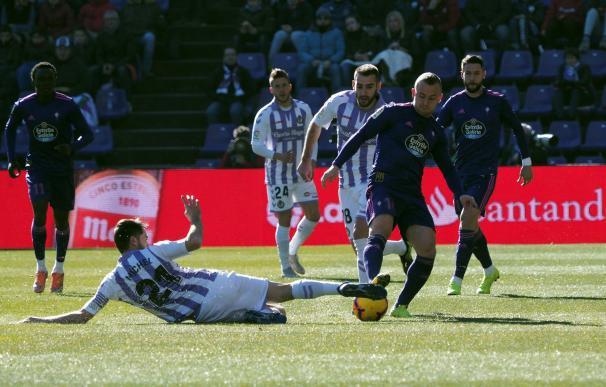 """El centrocampista del Real Valladolid Miguel Herrero """"Michel"""" (i) pelea un balón con el centrocampista eslovaco del Celta Stanislav Lobotka (EFE/ R. García)"""