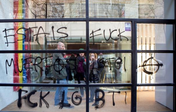 Imagen de las pintadas en la sede del colectivo LGTBI en Barcelona.