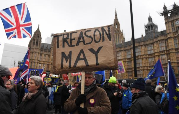 Manifestantes en contra y a favor del brexit se concentran ante el Parlamento en Londres