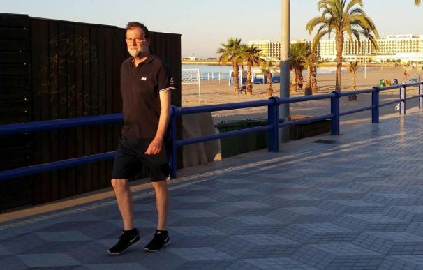 Rajoy andando por el paseo de Santa Pola