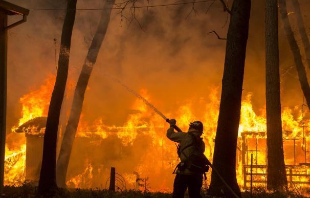 Varios muertos en los incendios que arrasan California (EFE/EPA/PETER DASILVA)