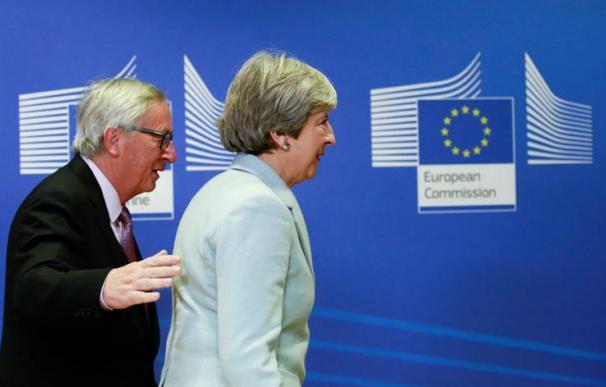 El presidente de la Comisión Europea, Jean-Claude Juncker (izq) y la primera ministra británica, Theresa May (EFE/ Olivier Hoslet)