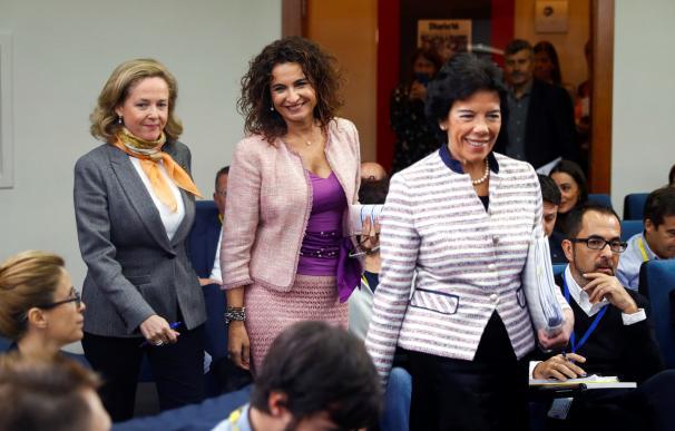 Las ministras de Hacienda María Jesús Montero (c), Portavoz Isabel Celaá (d), y de Economía Nadia Calviño, tras el Consejo de Ministros