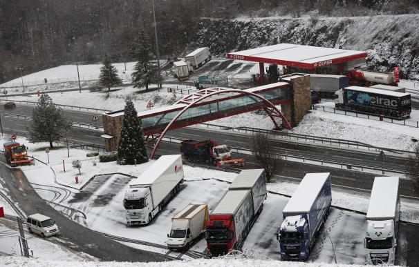 Dos camiones quitanieves limpian la A-15 a la altura de Pagozelay