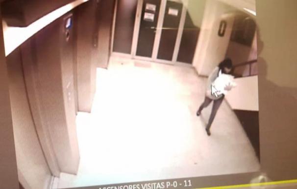 Imagen de las cámaras de seguridad del Hospital con la mujer portando al bebé.