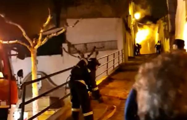 El incendio en cuestión se inició sobre la medianoche, cuando el servicio de Emergencias 112 movilizó a los Bomberos de Martos (Imagen: Canal Sur)