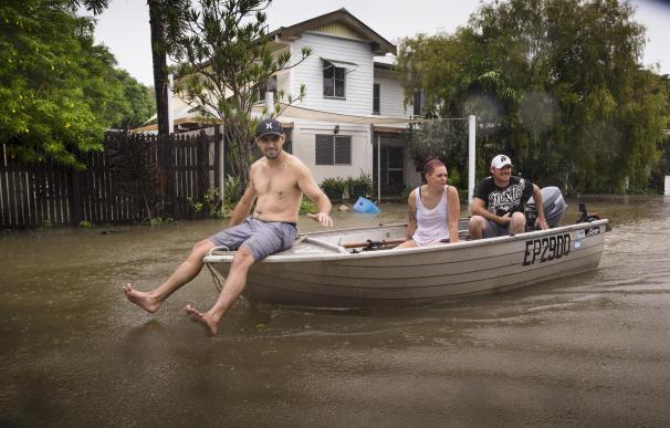 Residentes de Rosslea en un bote sobre las aguas de la inundación en Townsville, Queensland, Australia. (EFE/EPA/ANDREW RANKIN)