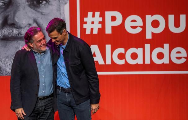 Pedro Sánchez (d), presenta la precandidatura del exseleccionador de baloncesto Pepu Hernández (i) para ser el candidato a la alcaldía de Madrid, en un acto celebrado en el Teatro de La Latina.- EFE/Emilio Naranjo