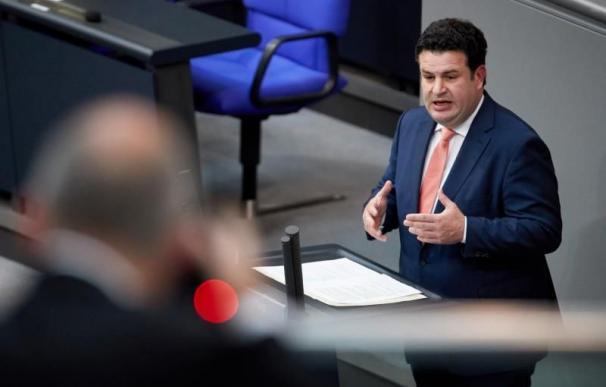 El ministro alemán de Trabajo y Asuntos Sociales, Hubertur Heil, interviene durante una sesión parlamentaria en el Bundestag en Berlín (Alemania). EFE/archivo