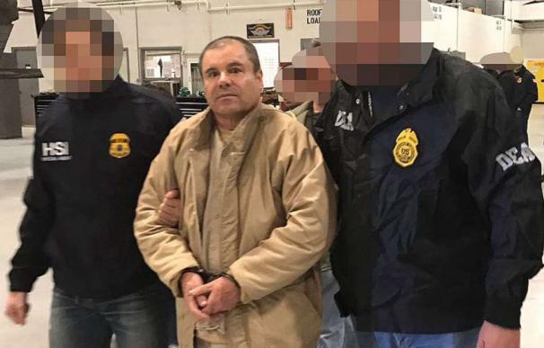 """Joaquín """"El Chapo"""" Guzmán custodiado por autoridades estadounidenses en 2017. Foto: Archivo EFE"""