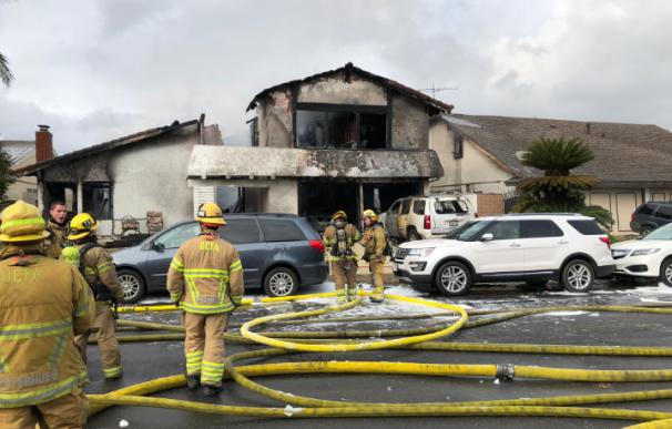 Al menos cinco muertos en California tras estrellarse una avioneta.