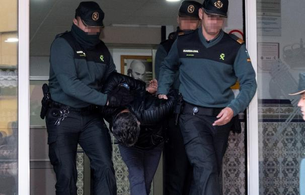 Bernardo Montoya a su salida de la Comandancia de Huelva