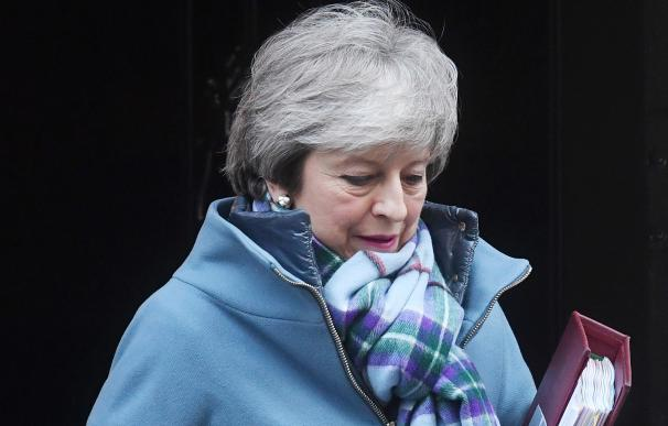 La primera ministra británica, Theresa May, sale de su residencia oficial en el número 10 de Downing Street, en Londres (EFE/ Facundo Arrizabalaga)