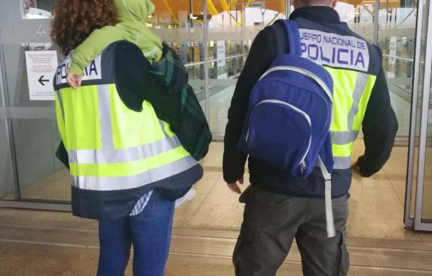 La Policía Nacional junto al niño