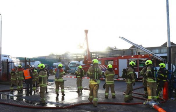 Los bomberos tratan de frenar el hedor con un cañón de agua (Foto: NOS)