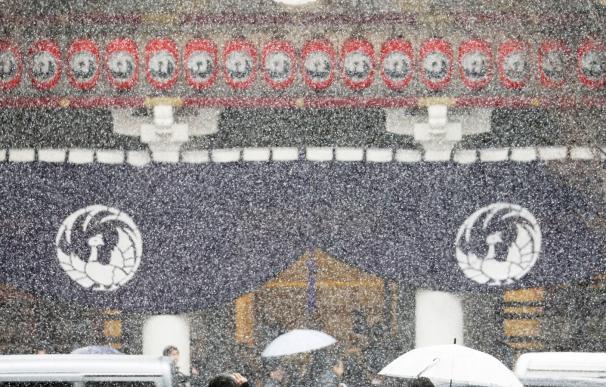 Los transeúntes pasan ante el teatro Kabukiza bajo la nieve en Tokio, Japón, el 9 de febrero de 2019. EFE / EPA / JIJI PRESS